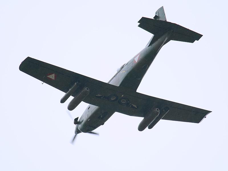 Angriff im Regen: Pilatus PC-7 © Doppeladler.com