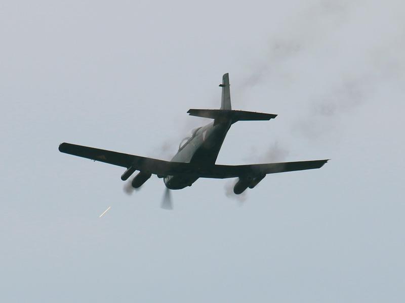 Pilatus PC-7 feuert aus beiden 12,7 mm MG Pods © Doppeladler.com