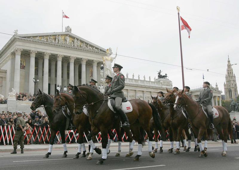 Reitausbildungszug der MilAk bei der Parade 2005 © Bundesheer