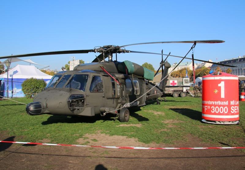 Sikorsky S-70A-42 Black Hawk '6M-BC' und ein Löschbehälter © Doppeladler.com