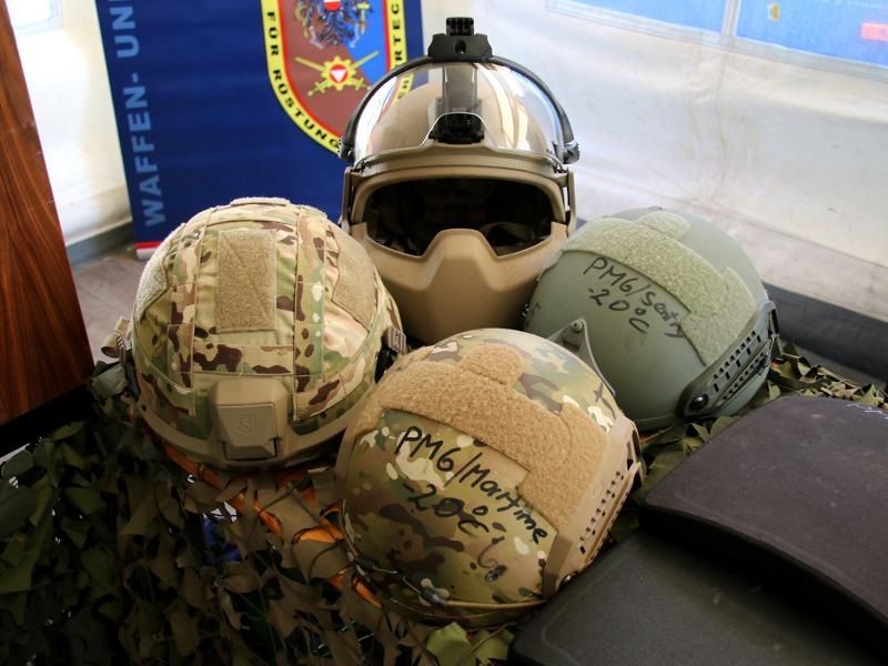 Test-Helme am Stand des ARWT © Doppeladler.com