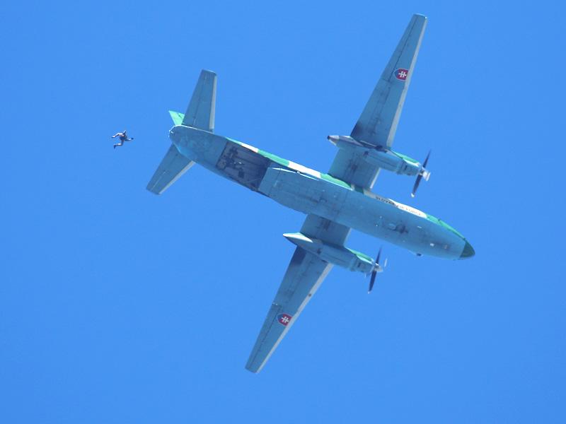 Antonow An-26 setzt Fallschirmspringer ab © Doppeladler.com