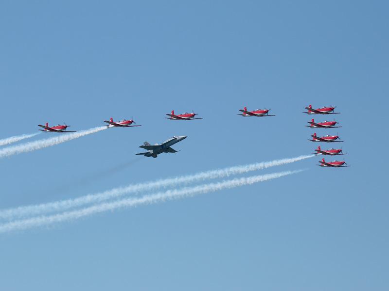 Schweizer Formation: PC-7 Team mit F-18C Hornet © Doppeladler.com