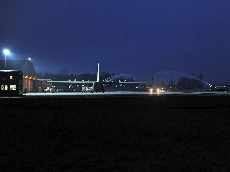 Bei seiner letzten Landung wurde die 8X-CZ traditionsgerecht von der Flughafen-Feuerwehr mit einem Wasserstrahl begrüßt © Bundesheer