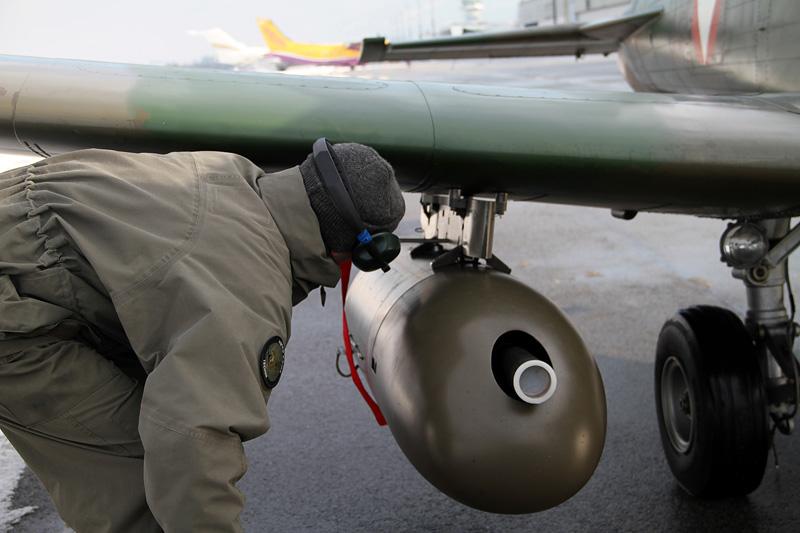 Sicherung der 12,7mm Maschinengewehre M3P Browning nach der Landung - Pilatus PC-7 © Bundesheer