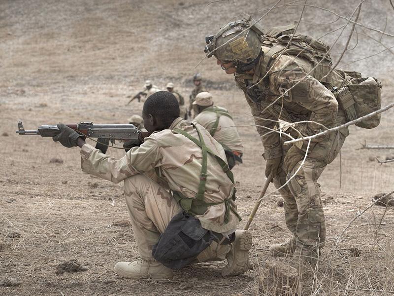 Kanadische Special Operation Forces bilden Streitkräfte Nigerias aus. Der unterschiedliche Rüstungsstand ist deutlich © Kanadische Streitkräfte