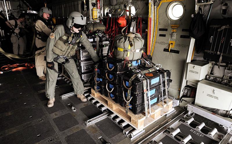 Lastpaket wird zum Abwurf vorbereitet © Bundesheer