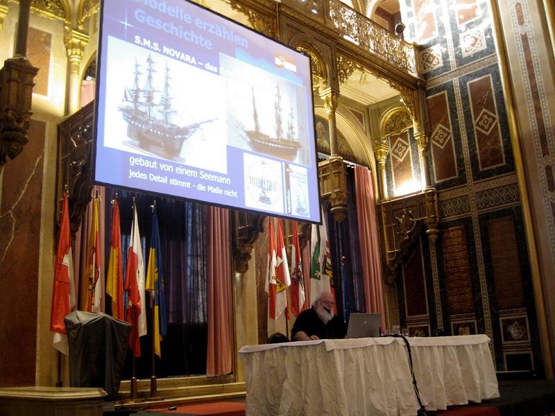 Robert A. Tögel bei einem Vortrag in der Ruhmeshalle