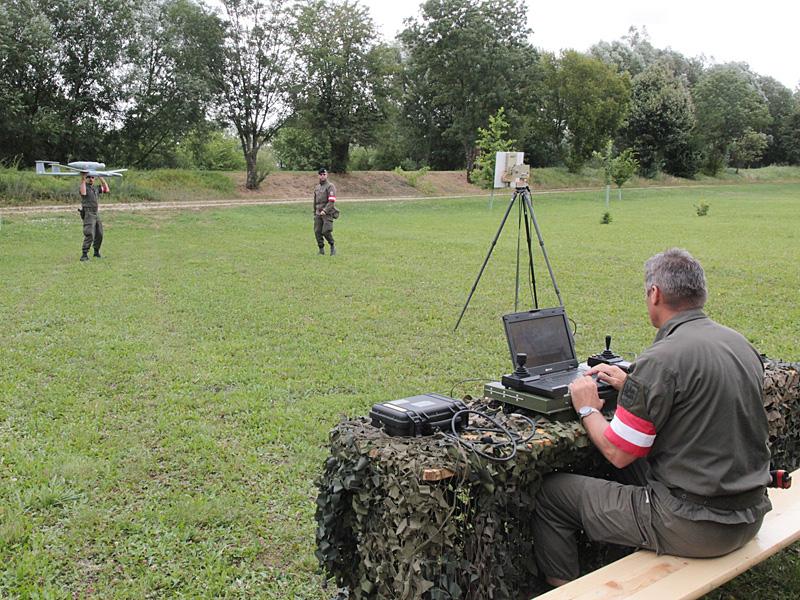 Klar zum Start. Zu sehen ist die Steuereinheit und die Sende-/Empfänger-Antenne. Die Bilder der Drohne werden in Echtzeit übertragen © Bundesheer