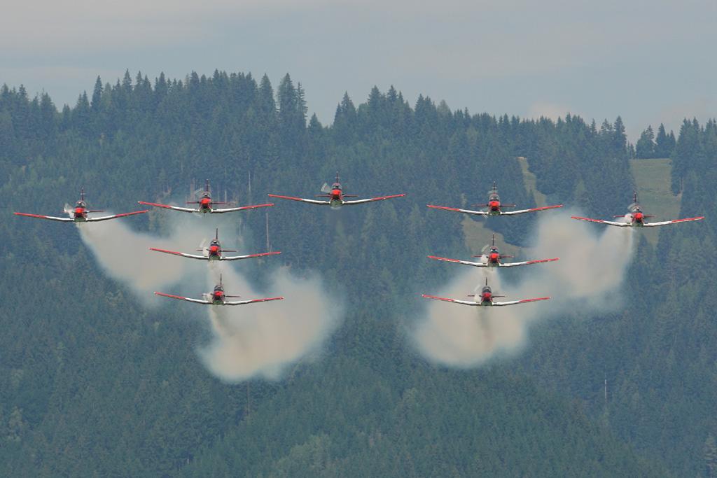 FK1 - Das PC-7-Team der Schweizer Luftwaffe beiihrerpräzisenVorführung © Franz Knuchel Jegenstorf