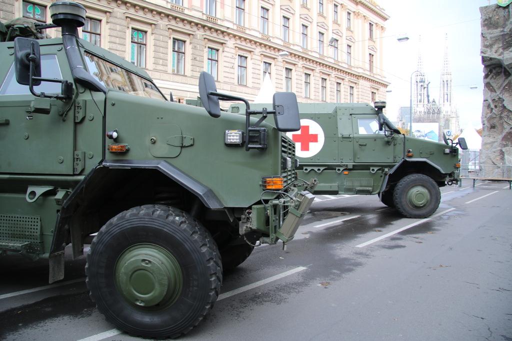 Dingo 2 als AC-Aufklärungsfahrzeug und dahinter als Notfalltransporter © Doppeladler.com