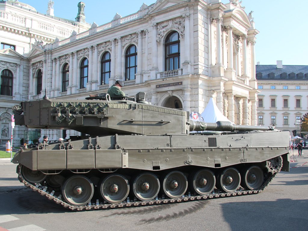 Kampfpanzer Leopard 2A4 vor dem Burgtheater © Doppeladler.com