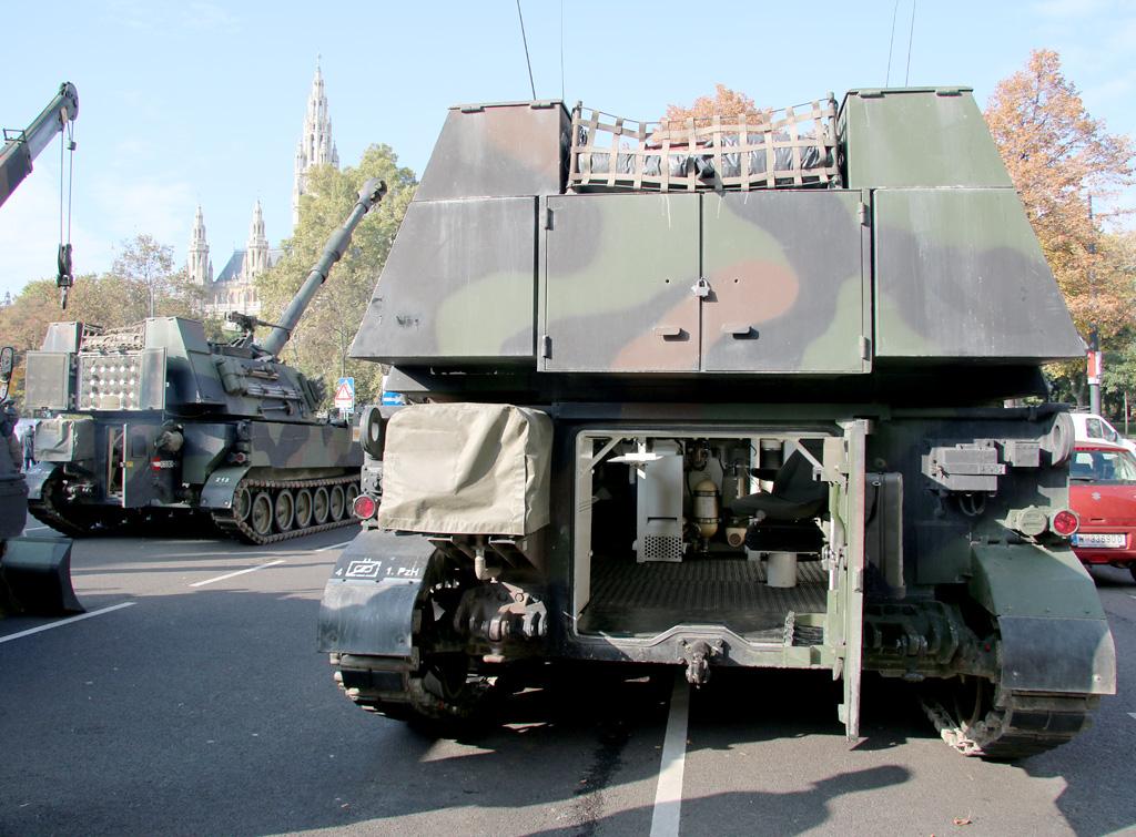 Rechenstelle M109, dahinter eine 155 mm Panzerhaubitze M109 A5Ö © Doppeladler.com