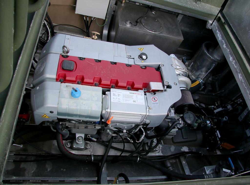 Der Steyr-Diesel beschleunigt das Sturm- und Flachwasserboot auf 65 km/h © Doppeladler.com