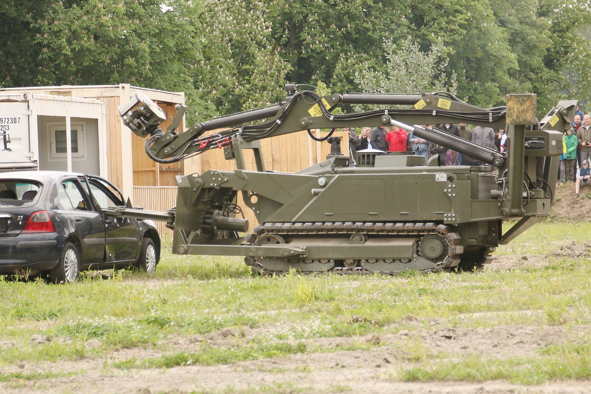 Mit der Greifzange des MV-4 wird eine Sprengladung in ein verdächtiges Fahrzeug gelegt © Doppeladler.com