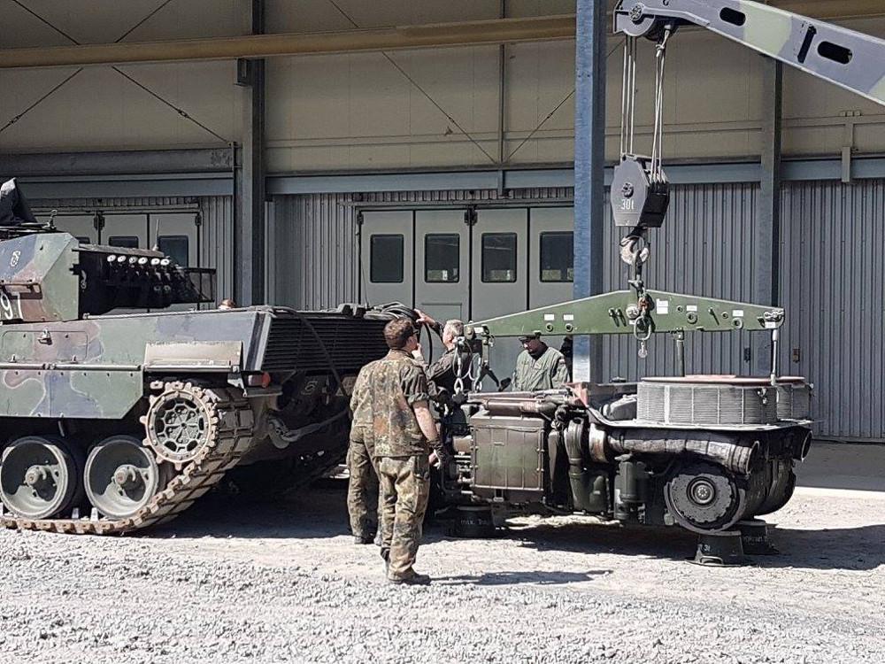 Echter Motorschaden an einem polnischen Leopard 2A5 - Team Österreich hilft, damit die Kameraden im Bewerb bleiben können © Bundesheer