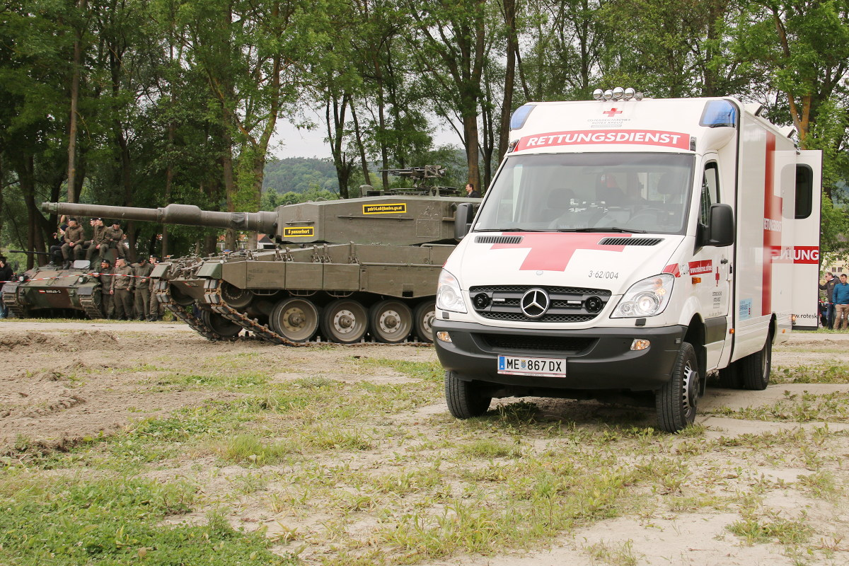 Übergabe der Verletzten an zivile Rettungsorganisationen © Doppeladler.com