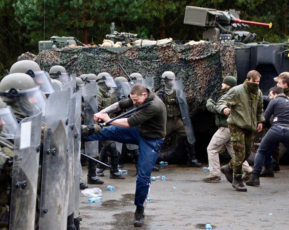 Die Demonstranten versuchen es dennoch © Bataljon Bevrijding