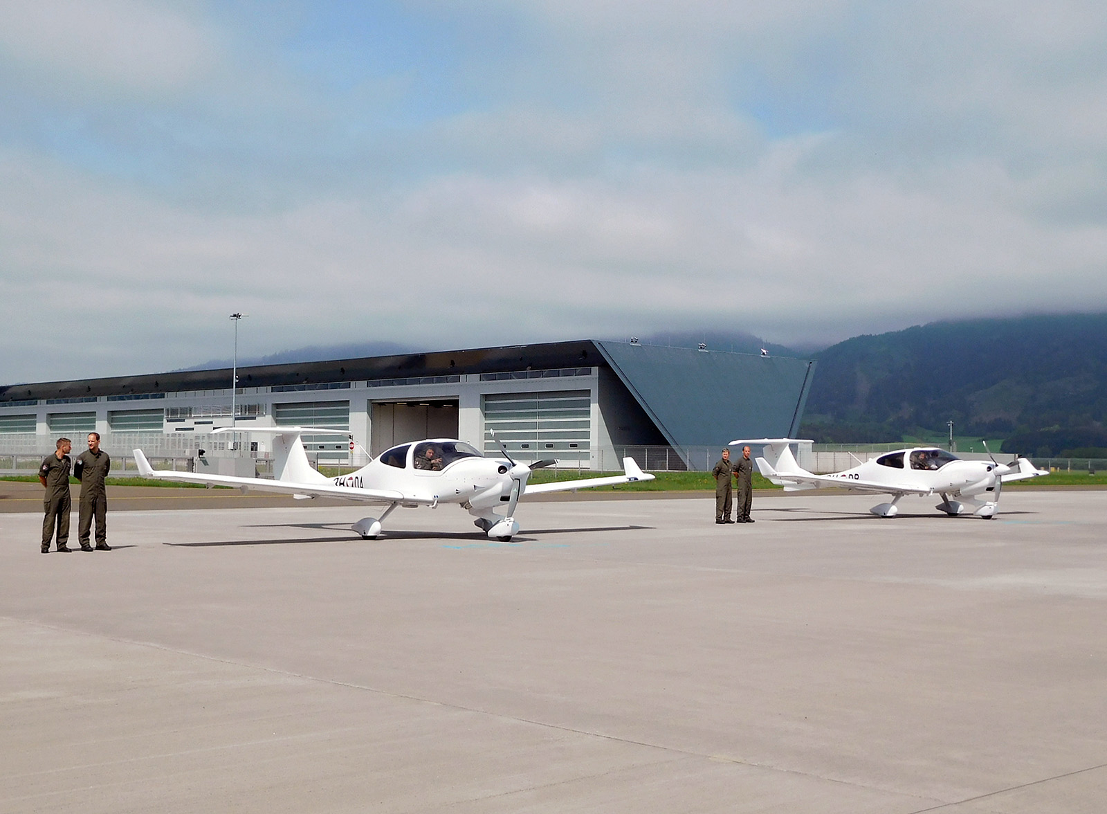 3H-DA und 3H-DB vor den Eurofighter-Hangars in Zeltweg © Diamond