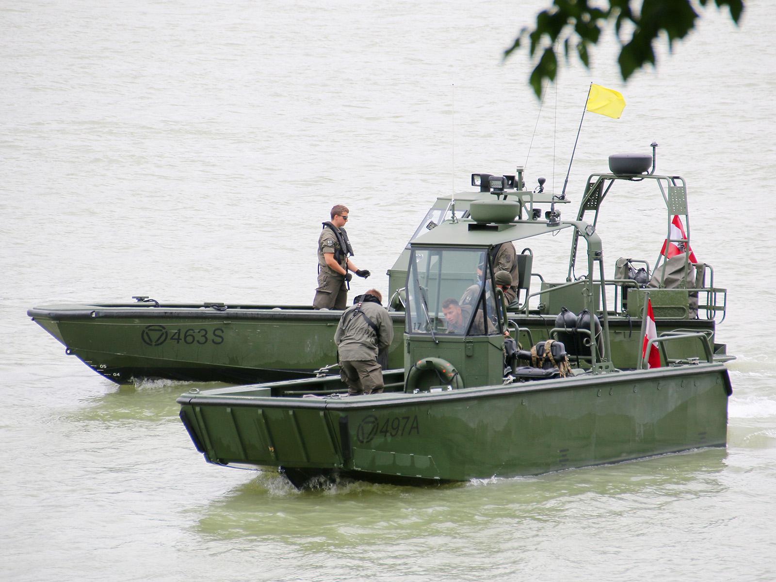 Vorne: Arbeits- und Transportboot. Hinten: Sturmboot © Doppeladler.com