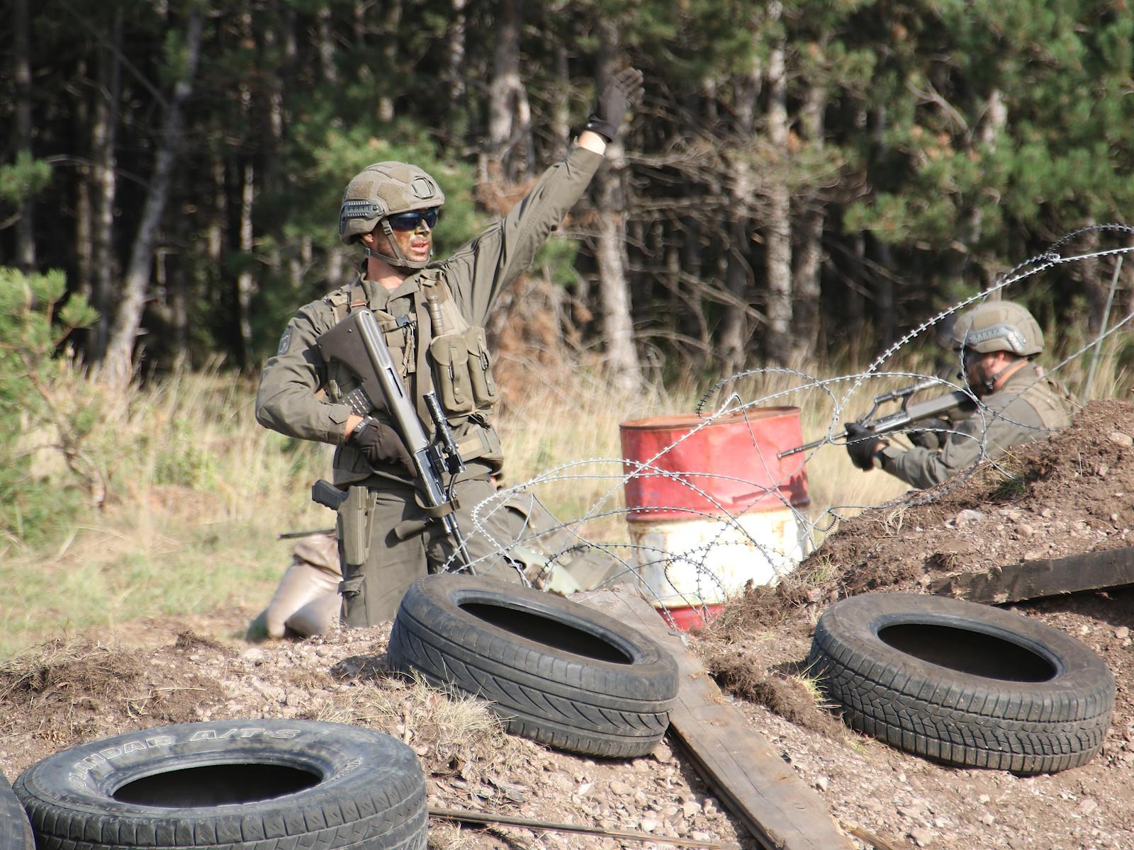 Die Straßensperre ist genommen - nun werden die Schützenpanzer zur Überwindung und Räumung der Sperre herangewunken © Doppeladler.com