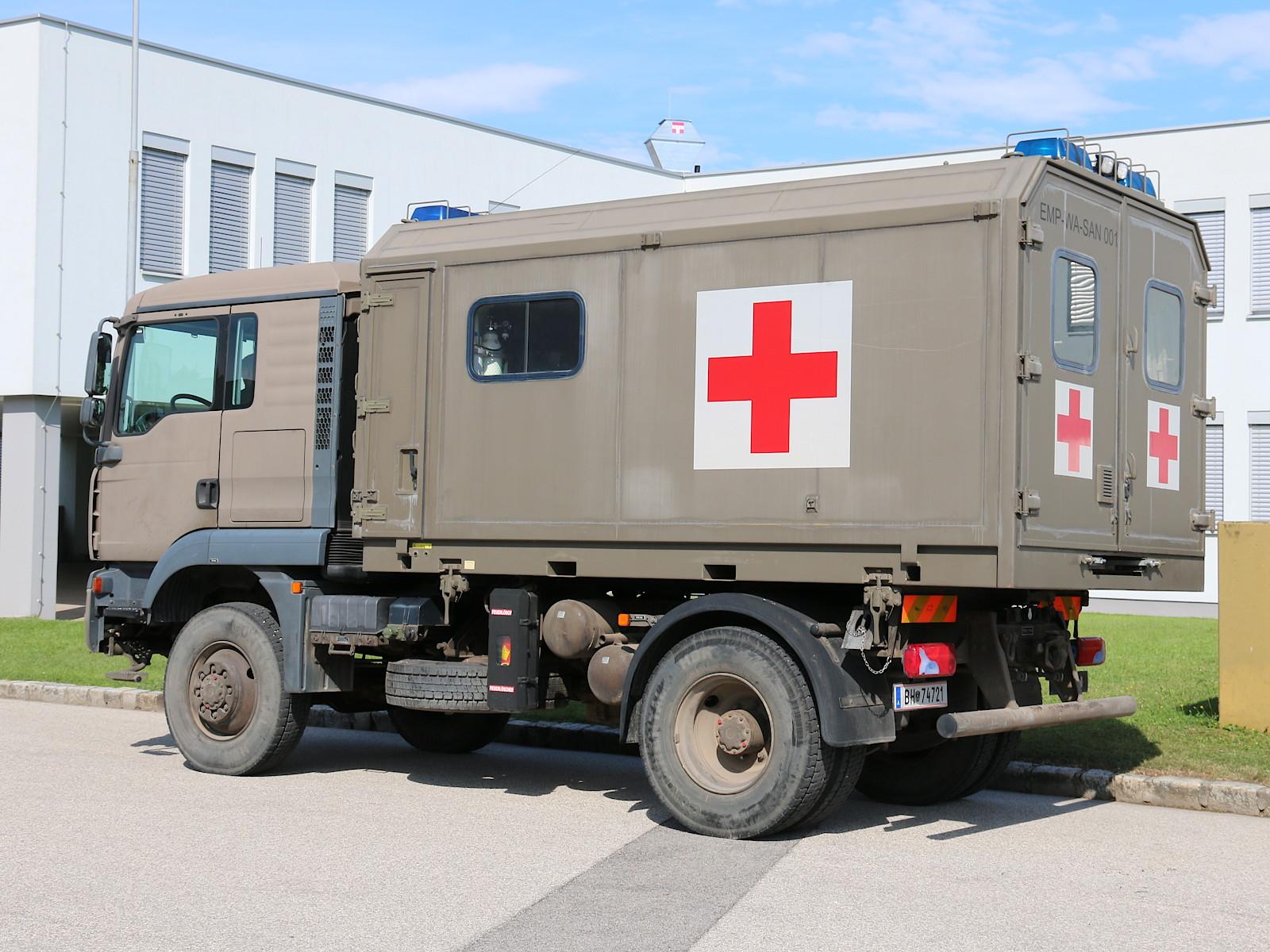 MAN 12.240 4x4 BL mit Sanitäts-Wechselaufbau © Doppeladler.com