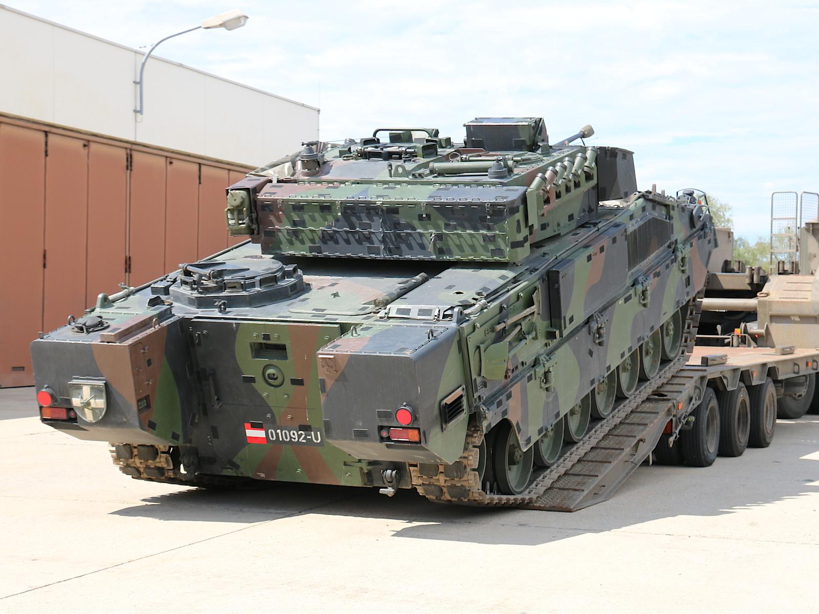 Ulan mit Kleppverschlüssen für Tarnsystem Mobile Camouflage System (MCS) von Saab Barracuda © Doppeladler.com