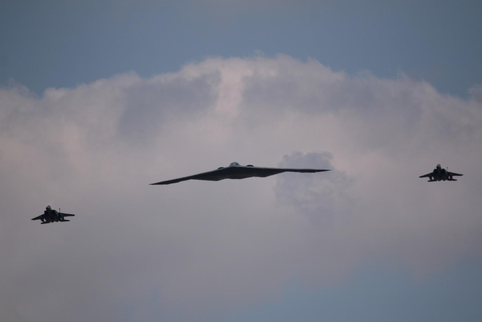 """Non-Stop aus Whiteman: Northrop Grumman B-2 Spirit """"Spirit of New York"""" mit zwei in GB stationierten F-15 als Begleiter © Doppeladler.com"""