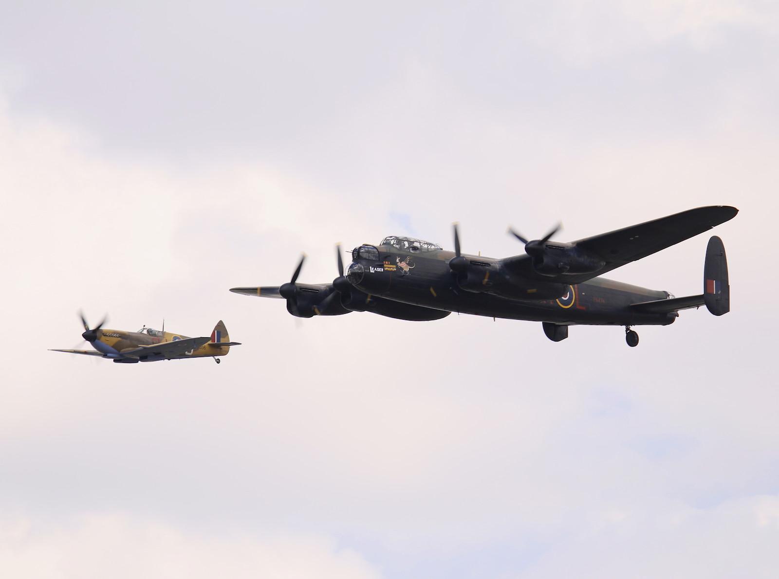 Lancaster Bomber mit Spitfire Begleitschutz (BBMF) © Doppeladler.com