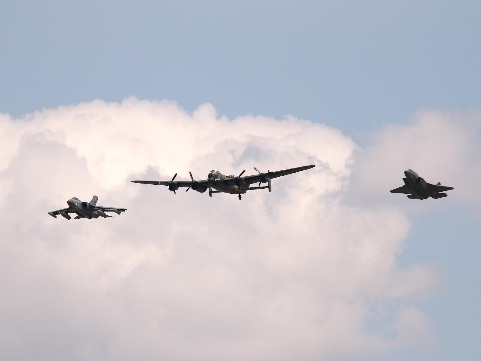 """Das 617 Squadron """"Dambusters"""" Tribute bildeten eine F-35B, eine Tornado und ein Lancaster-Bomber © Doppeladler.com"""