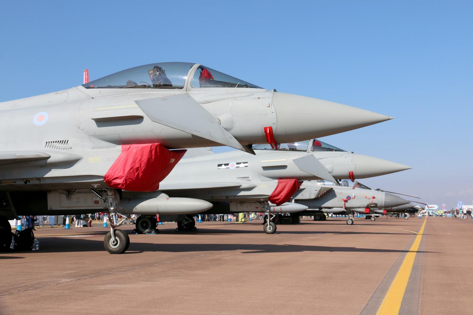 Britische Eurofighter Typhoon FGR.4 und Tornado GR.4 in der Flightline © Doppeladler.com