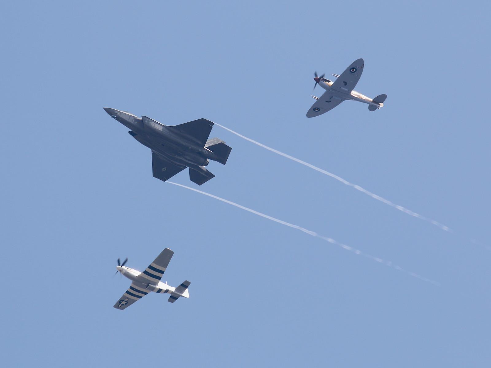 USAF Heritage Flight Team und RAF Spitfire © Doppeladler.com