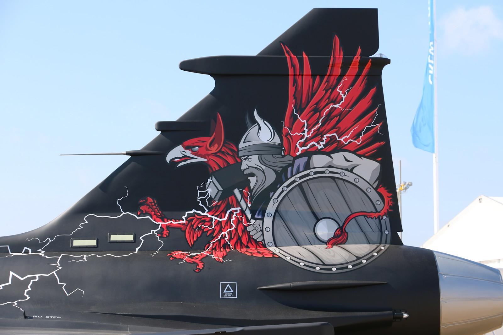 Seitenleitwerk des Saab JAS-39C Gripen Aggressor Konzepts für die fortgeschrittene Feinddarstellung © Doppeladler.com