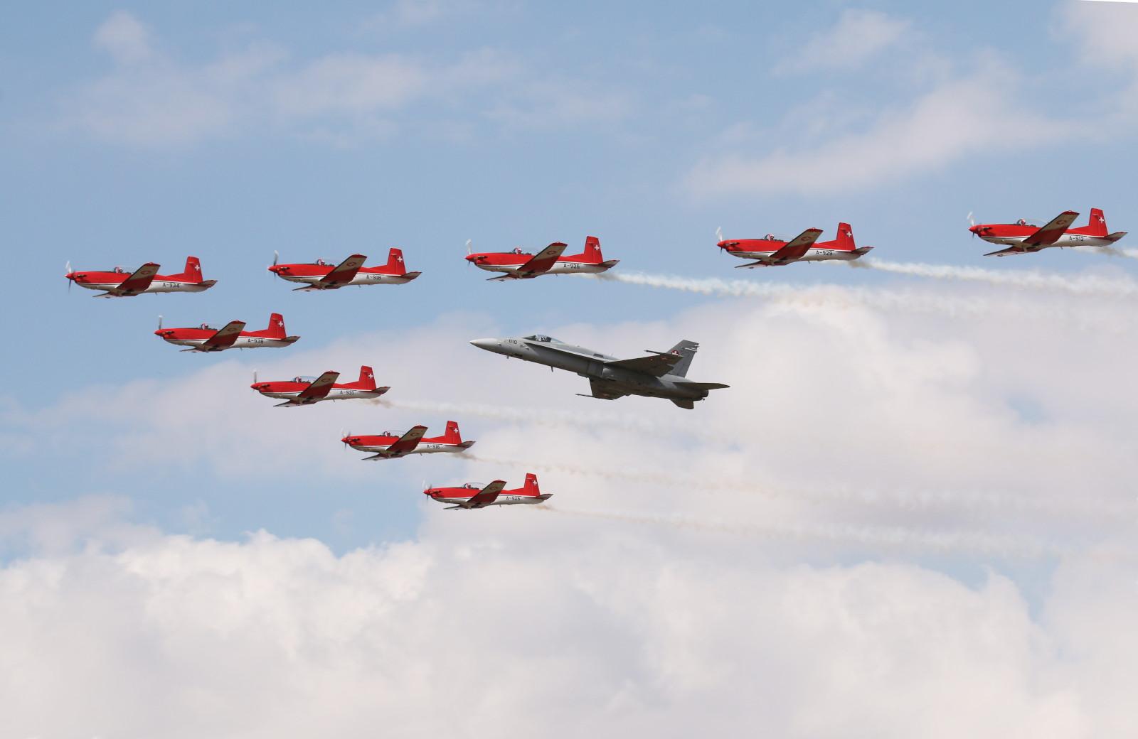 PC-7 Team und F/A-18C Hornet der Schweizer Luftwaffe © Doppeladler.com