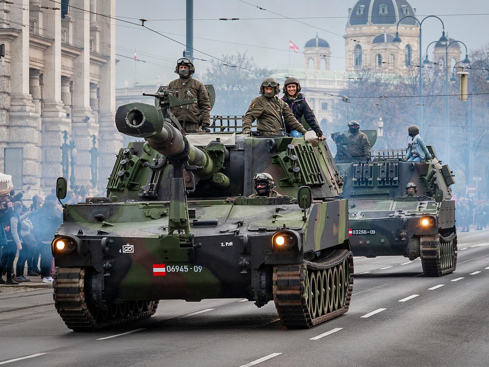 155 mm Panzerhaubitze M109 A5Ö. Dahinter ein Rechenstellenpanzer © Bundesheer