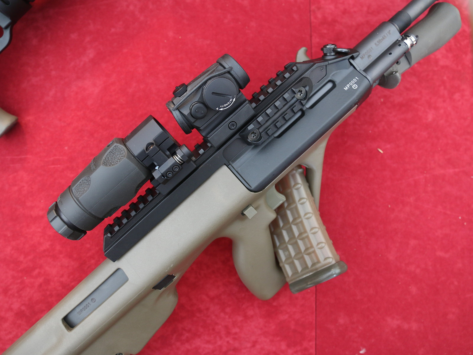 Sturmgewehr StG 77 A1 MP (Militärpolizei) mit Rotpunktvisier AIMPOINT Micro T1 und Vergrößerungsmodul AIMPOINT 3XMag-1 © Doppeladler.com