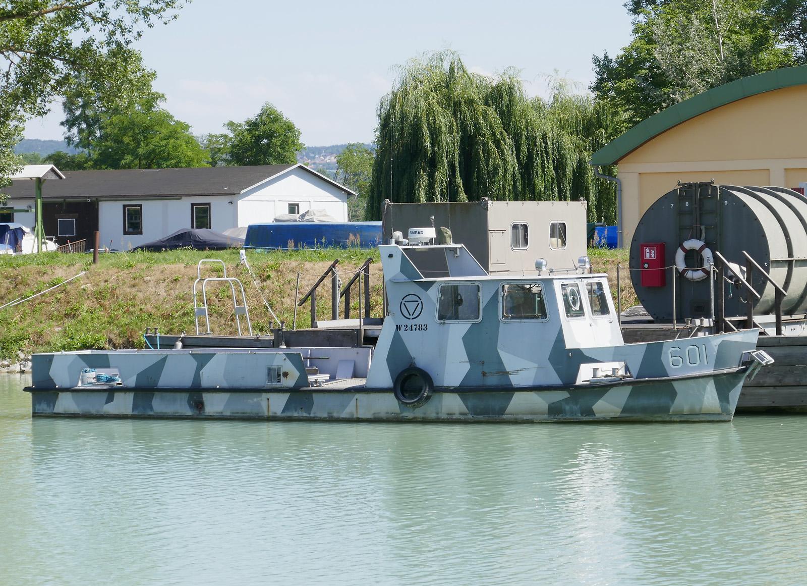 Im Vorbeifahren ist im Behördenhafen Krems die Oberst Brecht aufgefallen - ebenfalls von der Marinekameradschaft für das HGM betreut © Doppeladler.com