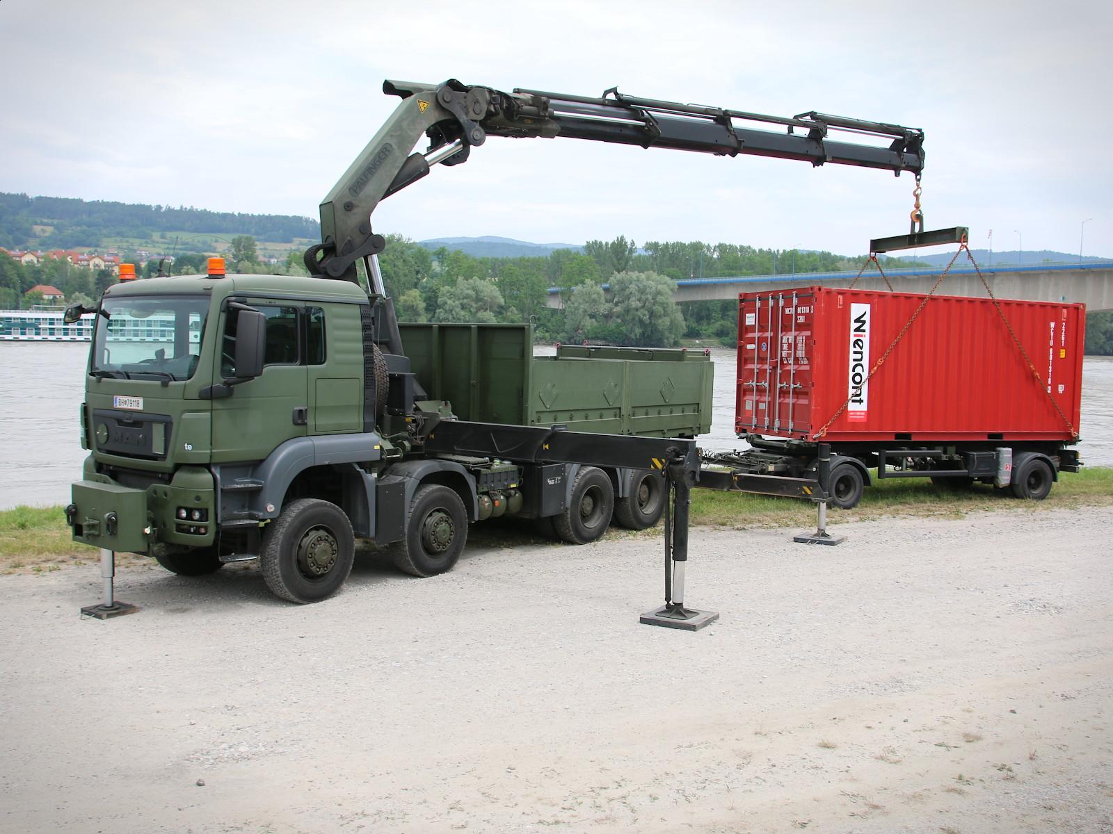 MAN TGS 41.480 8X8 mit Ladekran front PK 76.002 (76tm) mit Containeraufnahmemöglichkeit © Doppeladler.com