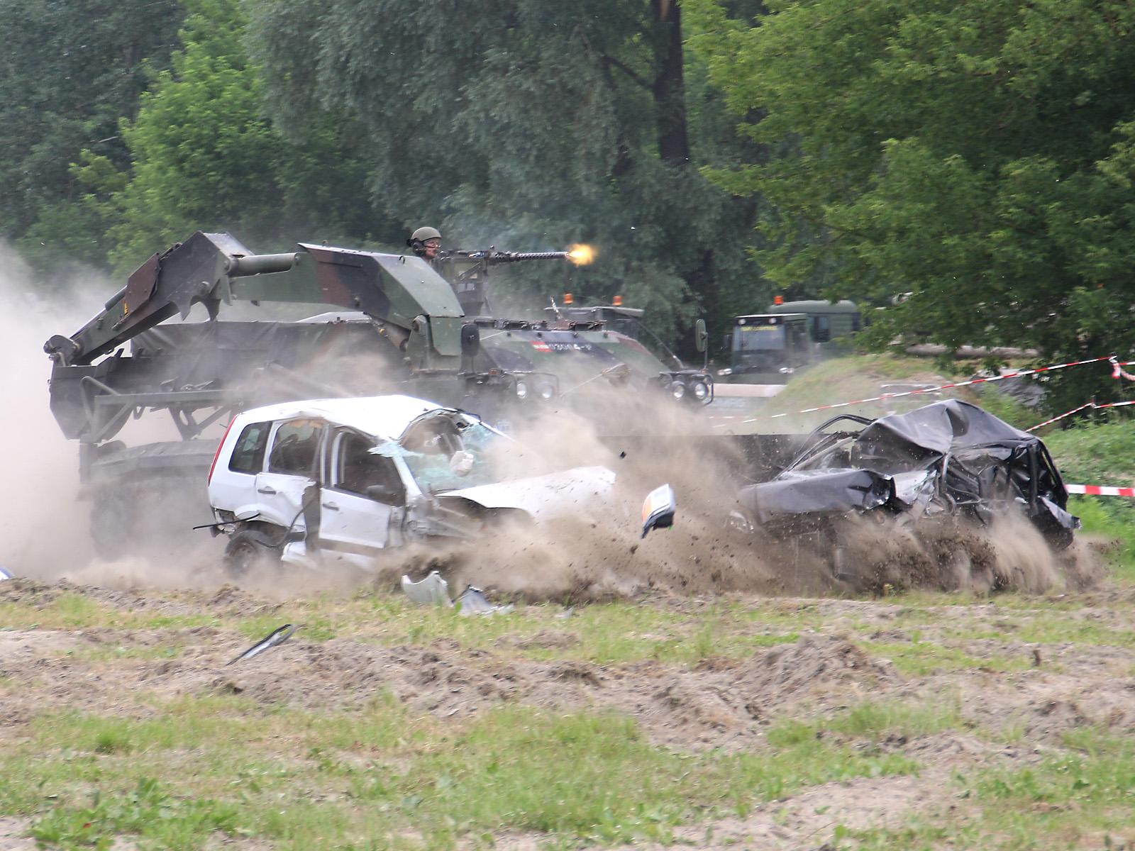 Pionierpanzer A1 durchbricht eine Sperre © Doppeladler.com