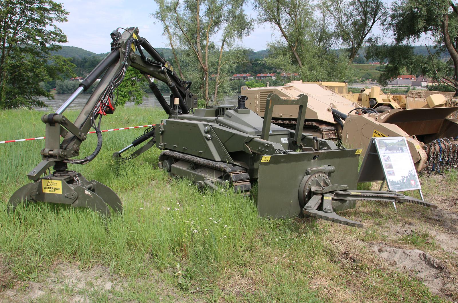 DOK-ING MV-4 mit Roboterarm und Greif- / Schneidzange © Doppeladler.com