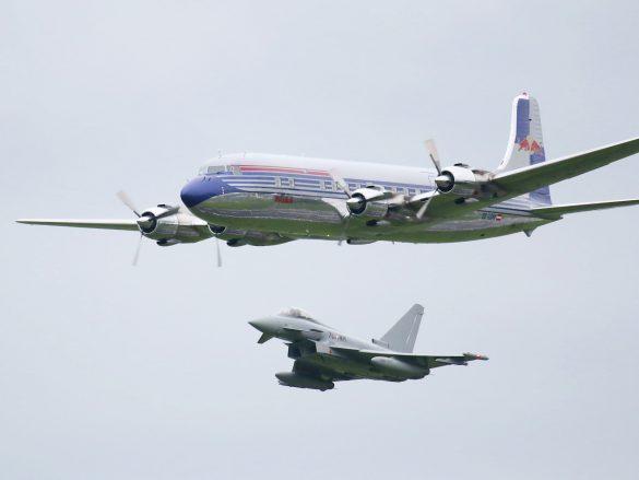 Douglas DC-6B 'OE-LDM', eskortiert von Eurofighter Typhoon © Doppeladler.com