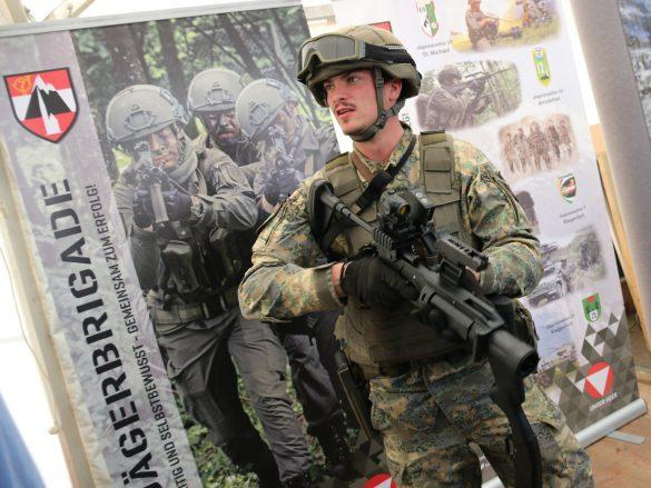Soldat des Jägerbataillon 18 mit 40 mm Granatgewehr © Doppeladler.com
