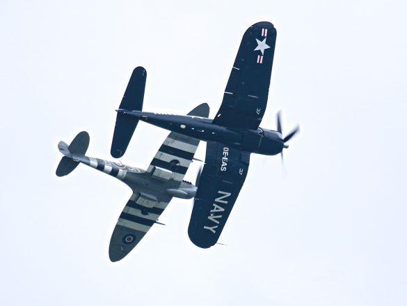 Chance Vought F4U-4 Corsair und Supermarine Spitfire Mk. XVIe © Doppeladler.com