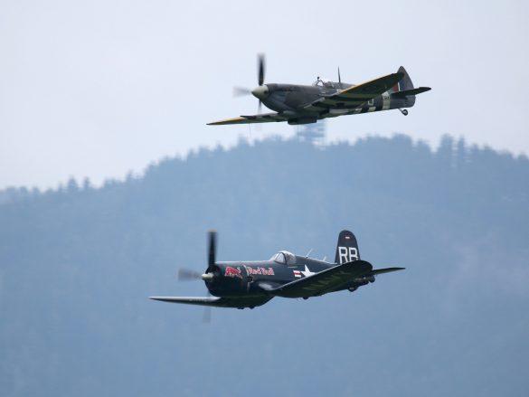 Chance Vought F4U-4 Corsair 'OE-EAS' und Supermarine Spitfire Mk. XVIe 'TE184' © Doppeladler.com