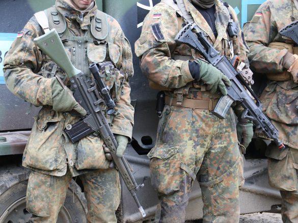 Links: 7,62 mm G3A3ZF DMR (Designated Marksman Rifle); rechts: 5,56 mm Sturmgewehr G36K - beide von Heckler & Koch © Doppeladler.com
