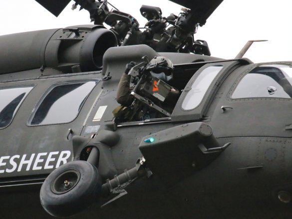 Für den Selbstschutz sorgen die Doorgunner des Sikorsky S-70A-42 Black Hawk © Doppeladler.com