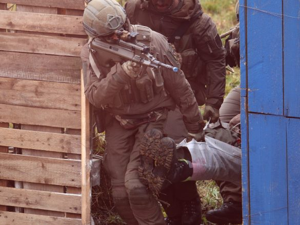 Ein Schwerverletzter wird aus dem Gefahrenbereich getragen © Doppeladler.com