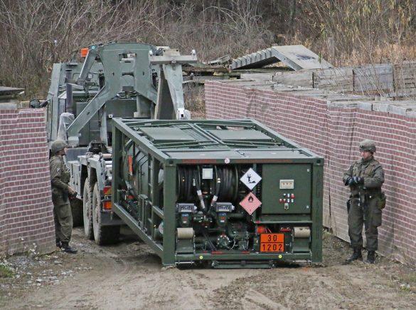 Ein weiterer Hakenlast-LKW MAN 38.440 8x8 ÖBH setzt eine Feldtankstelle ab © Doppeladler.com