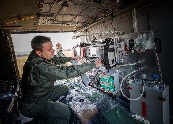 Vorbereitung von 6M-BH für den Patienten-Transport © Bundesheer