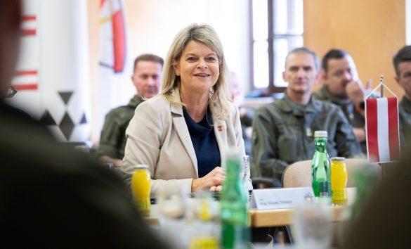 Verteidigungsministerin Klaudia Tanner im Kommando Streitkräfte, welches sie nun schlucken möchte © Bundesheer